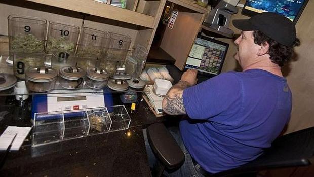 Un empleado de un «coffeshop» en Maastricht, Holanda