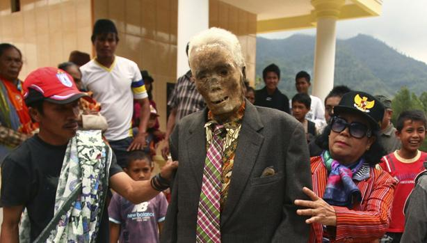 Los Toraja exhuman a sus antepasados para honrarles