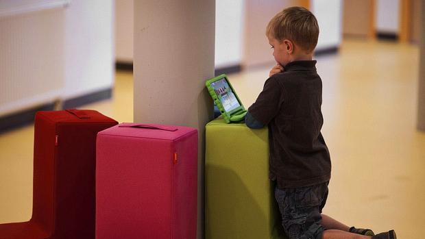 Un alumno utiliza su nuevo iPad en una de las siete primeras escuelas Steve Jobs
