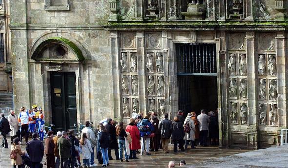 Peregrinos a la entrada de la Catedrall de Santiago de Compostela durante el último Año Jubilar