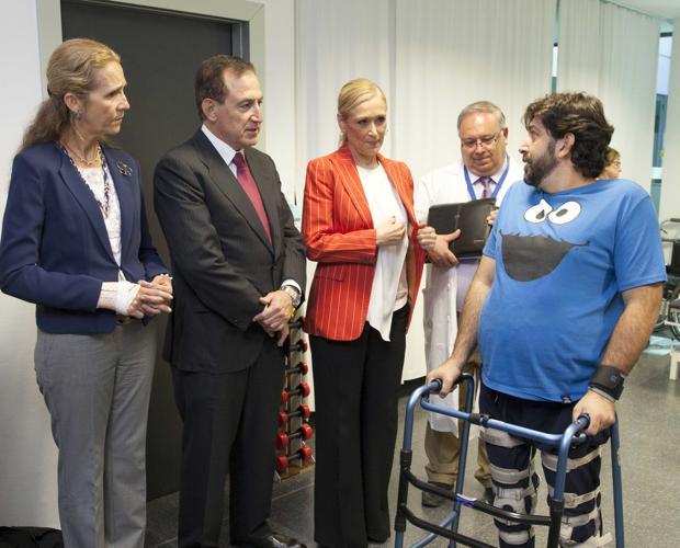 De izquierda a derecha, la Infanta Elena, Antonio Huertas, Cristina Cifuentes y Jesús Vaquero con uno de los pacientes que ha participado en el ensayo del Hospital Puerta de Hierro de Madrid