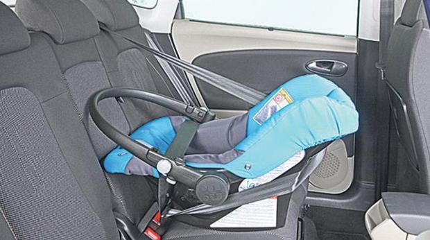 La dgt caza a conductores sin cintur n y 198 beb s for Sillas de automovil