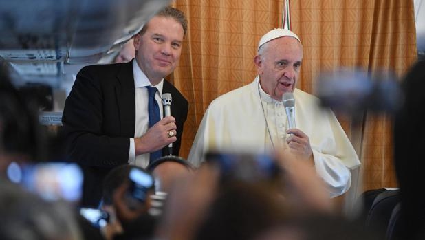El papa Francisco y el nuevo portavoz del vaticano Greg Burke (izq.) hablan en el avión que viaja a Roma (Italia) desde Bakú (Azerbaiyán)