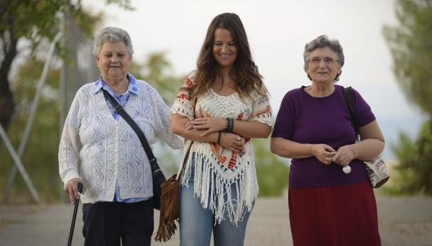 Laura, en medio, acompaña a Juana y Ángeles