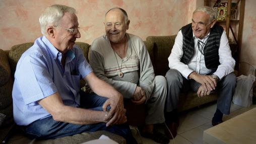 Marcelo (centro) recibe visitas una vez a la semana en su casa de Vallecas