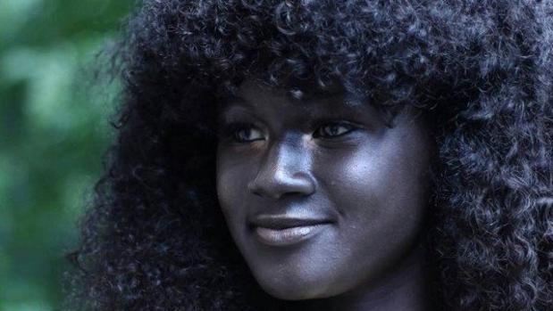 La modelo senegalesa Khoudia Diop triunfa en las redes sociales tras su participación en una campaña contra el racismo