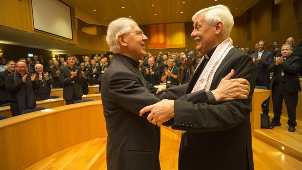Arturo Sosa (d) recibe la felicitación de su predecesor, Adolfo Nicolás, ante los electores
