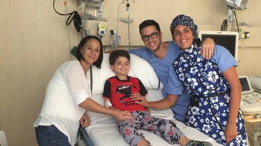 Nico, uno de los niños con laminopatía, con la Dra. Georgia Sarquella-Brugada y el Dr. Carles Bautista