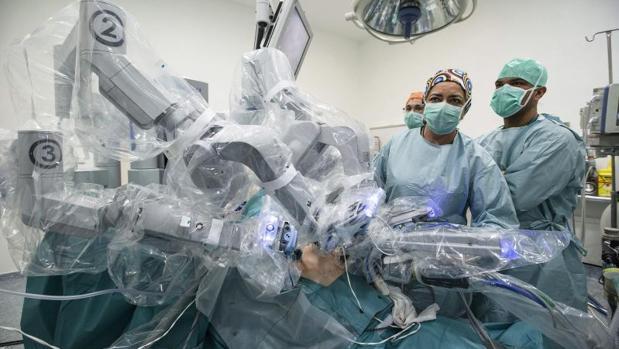 Varios médicos realizan una intervención quirurgica asistidos por el robot Da Vinci en el Hospital Regional de Málaga