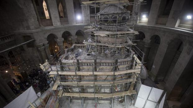 Vista del lugar de la tumba de Jesucristo en la Iglesia de la Santa Sepultura en Jerusalén