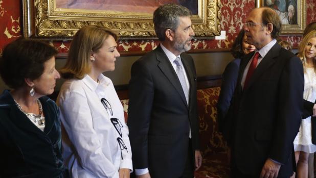 El presidente del Supremo, Carlos Lesmes (tercero por la derecha), conversa con el presidente del Senado, Pío García-Escudero, en el Senado, ayer, en presencia de magistrados y autoridades
