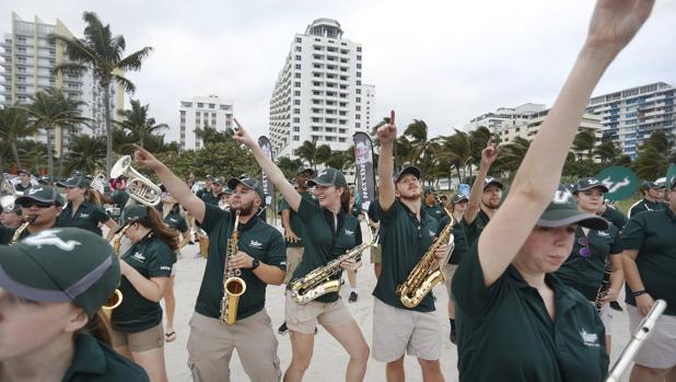 Una banda de música sobre las arenas de Miami Beach