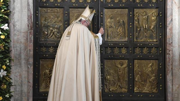 El Papa cierra solemnemente la puerta santa de la basílica de San Pedro