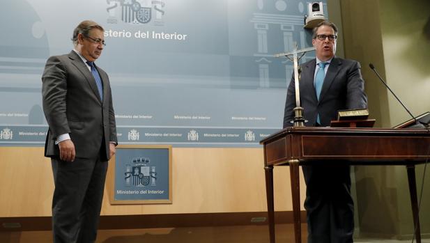El nuevo director general de Tráfico, Gregorio Serrano López (drcha.), tomó posesión ayer lunes 21 de noviembre de su cargo en presencia del ministro del Interior, Juan Ignacio Zoido (izq.), en un acto celebrado en la sede del Ministerio