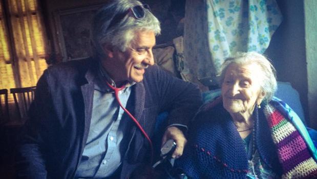 Carlo Bava, el médico de Emma Morano, junto a su longeva paciente