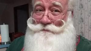 Un niño enfermo muere en los brazos de Papa Noel tras recibir un regalo de Navidad por adelantado