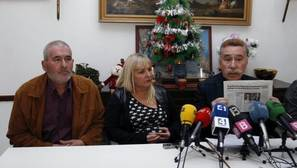Los padres de la niña de 8 años presuntamente agredida por compañeros el pasado octubre en un colegio de Palma, junto al abogado Marcos García-Montes