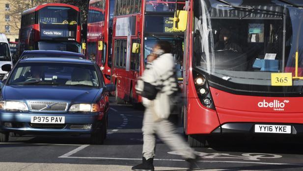 Una persona cruza una calle en Londres, Reino Unido