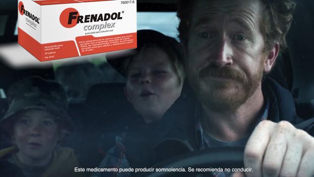 Captura del momento del anuncio de Frenadol donde de ve al padre conduciendo y la advertencia que recomienda no hacerlo
