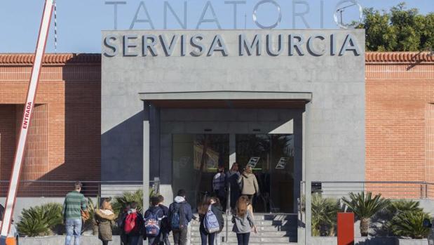 Varios compañeros de la niña de trece años de Murcia, presunta víctima de acoso escolar, que se quitó la vida en la tarde del pasado martes en su domicilio de la pedanía murciana de Aljucer, acudieron al tanatorio de Arco Iris de Murcia