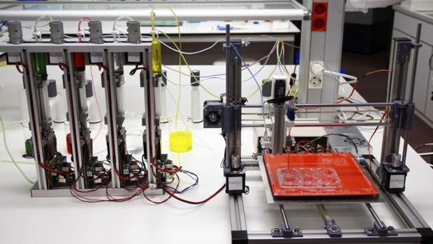 Fotografía facilitada por la Universidad Carlos III de Madrid (UC3M), de la bioimpresora 3D creada por investigadores de dicha institución, del Centro de Investigaciones Energéticas, Medioambientales y Tecnológicas (CIEMAT) y del Hospital General Universitario Gregorio Marañón (Madrid), en colaboración con la empresa BioDan Group