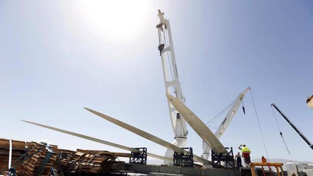 Descarga en el puerto de Arinaga, en el municipio grancanario de Agüimes, de las tres palas de la hélice del aerogenerador marino