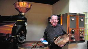 Feliu Pont con un cesto de granos de café en una mano y las famosas cenizas en la otra