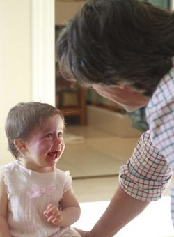 Luis Gutiérrez, el padre de Pía, con su pequeña
