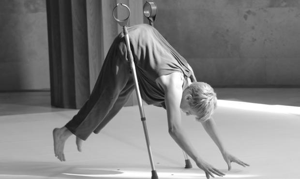 La bailarina Claire Cunningham, durante su «performance» en el Museo del Prado