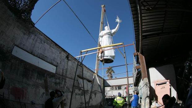 Con una altura de más de cuatro metros y pulida en un blanco inmaculado, l escultura del Papa Francisco realizada por el artista mexicano Pedro Francisco Martínez, se colocó este jueves en la frontera con EE.UU.