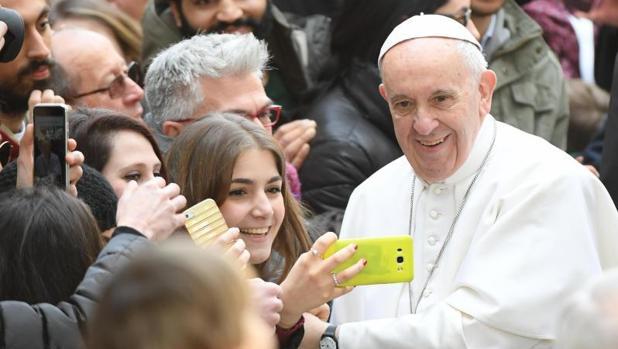El Papa se fotografía con una alumna durante su visita a la Universidad de Roma Tre