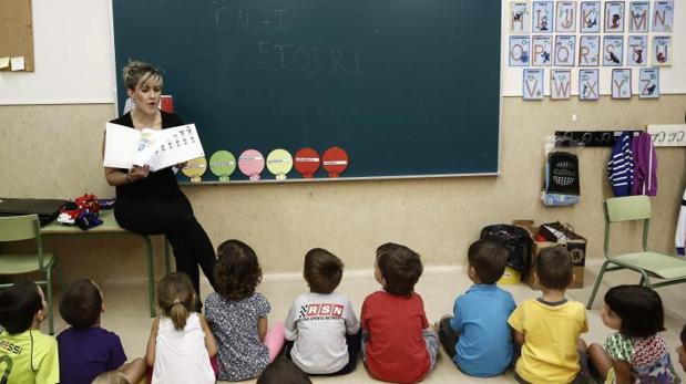 Una profesora del colegio publico Virgen Blanca de Huarte (Navarra)