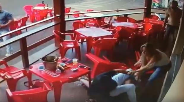 Captura del vídeo en el que una mujer le pega a su pareja