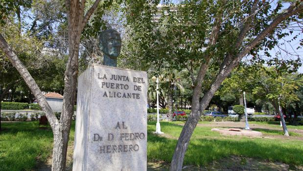 Monumento al médico Pedro Herrero en Alicante