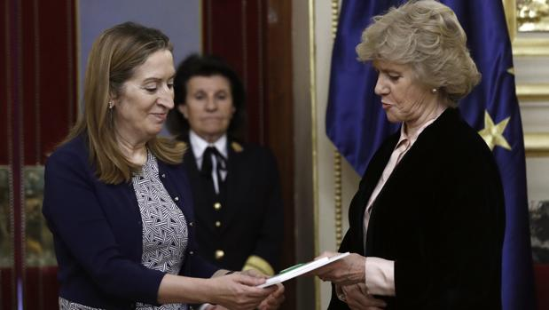 La La defensora del Pueblo, Soledad Becerril (d), hace entrega del Informe Anual 2016 a la presidenta del Congreso, Ana Pastor (i), hoy en la Cámara Baja.