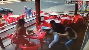 YouTube: La brutal paliza de una joven a su novio y a la amante de este que ha dado la vuelta al mundo