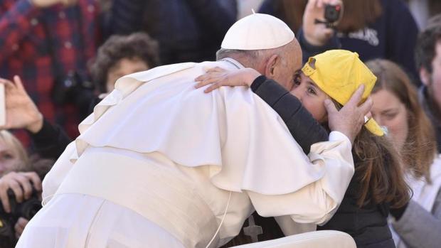 El Papa Francisco saluda a una niña a su llegada a la Plaza de San Pedro del Vaticano