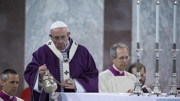 El papa Francisco oficia la misa de Miércoles de Ceniza, celebrada en la basílica romana de Santa Sabina, Roma