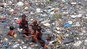 Casi dos millones de niños mueren al año por respirar en ambientes contaminados, según la OMS