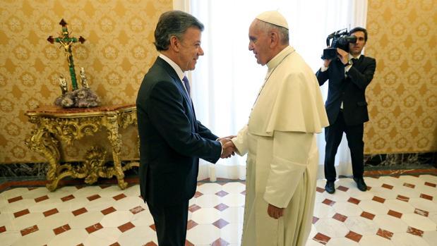 El Papa Francisco junto al presidente de Colombia, José Manuel Santos, durante una audiencia en 2015