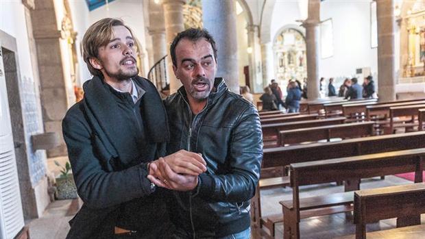 Hemeroteca: Despedido por confesar ser gay: de maestro del coro a «héroe» popular   Autor del artículo: Finanzas.com