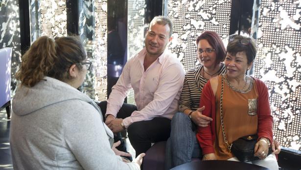 De izquierda a derecha, Juana Alejandra charla frente a Nicolás, Ana y María Eugenia