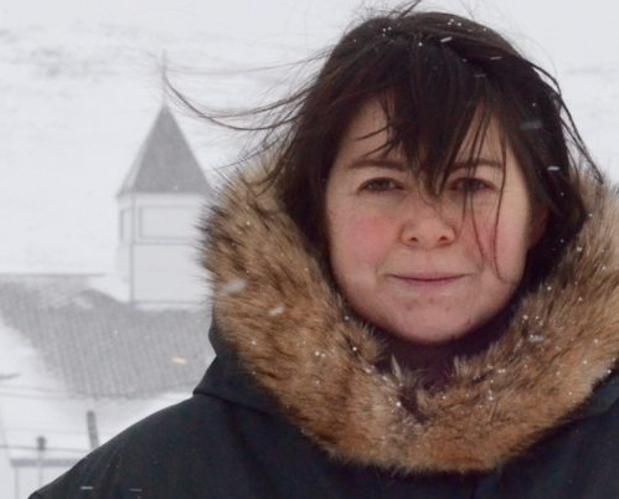 MacDonnell da clases a la comunidad inuit en una zona del Ártico canadiense a la que solo se puede llegar en avión
