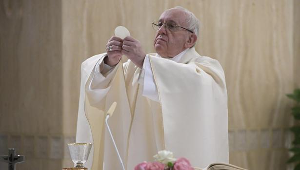 El papa Francisco ofrece estes lunes 20 de marzo una misa por las víctimas que fallecieron el pasado año en un accidente de autobús, en la capilla de Santa Marta en el Vaticano