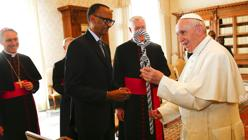 El Papa Francisco intercambia regalos con el presidente de Ruanda, Paul Kagame