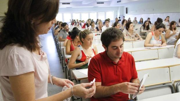 Imagen de archivo de unas oposiciones a maestro en Sevilla, en 2011