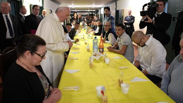 El Papa más cercano en Milán: visita casas de familias modestas, usa una cabina retrete y siesta en la cárcel