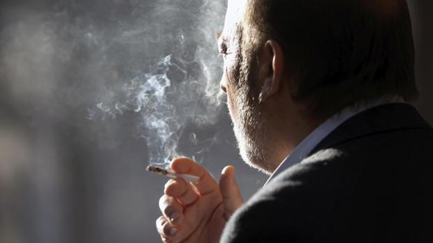 Alrededor de 49 millones de personas dejarían de fumar si se incrementaran los precios un 50%