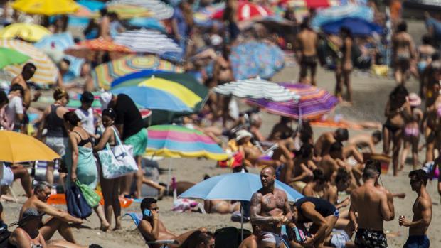 Imagen de archivo de la playa de Torremolinos