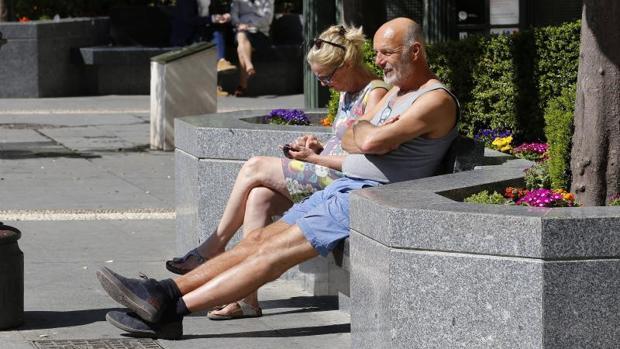 Dos turistas bajo el sol de Córdoba el pasado 12 de marzo
